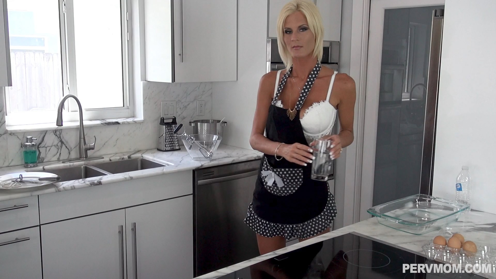 Perv Mom - Stepmoms Tableside Blowjobs - Olivia Blu