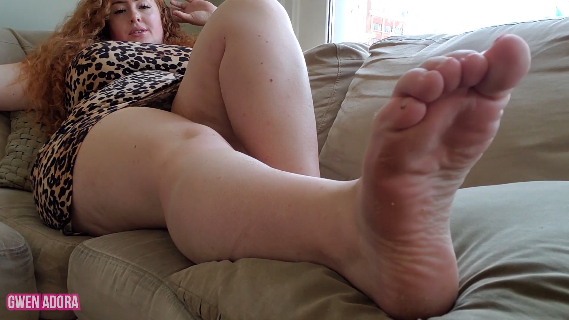 Gwen Adora - BBW Mommy Needs a Barefoot Foot Massage