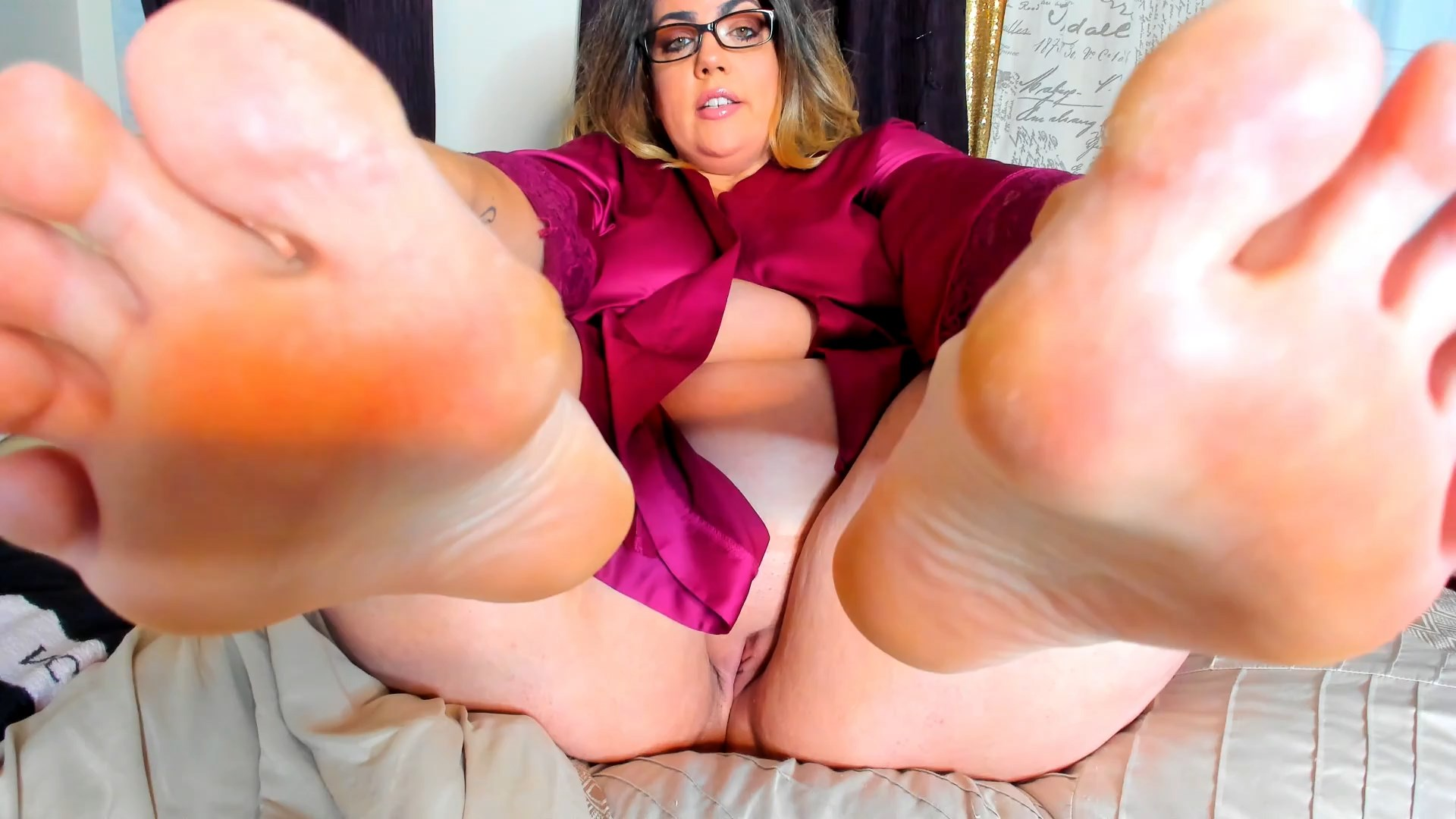 Kates Kurves - Mommy Says Rub Her Feet