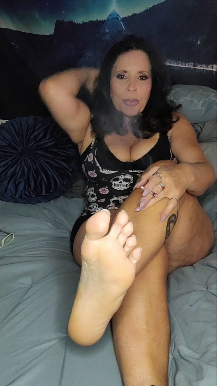 idratherbenaughty – Mature Mommy Gives you your 1st foot JOI