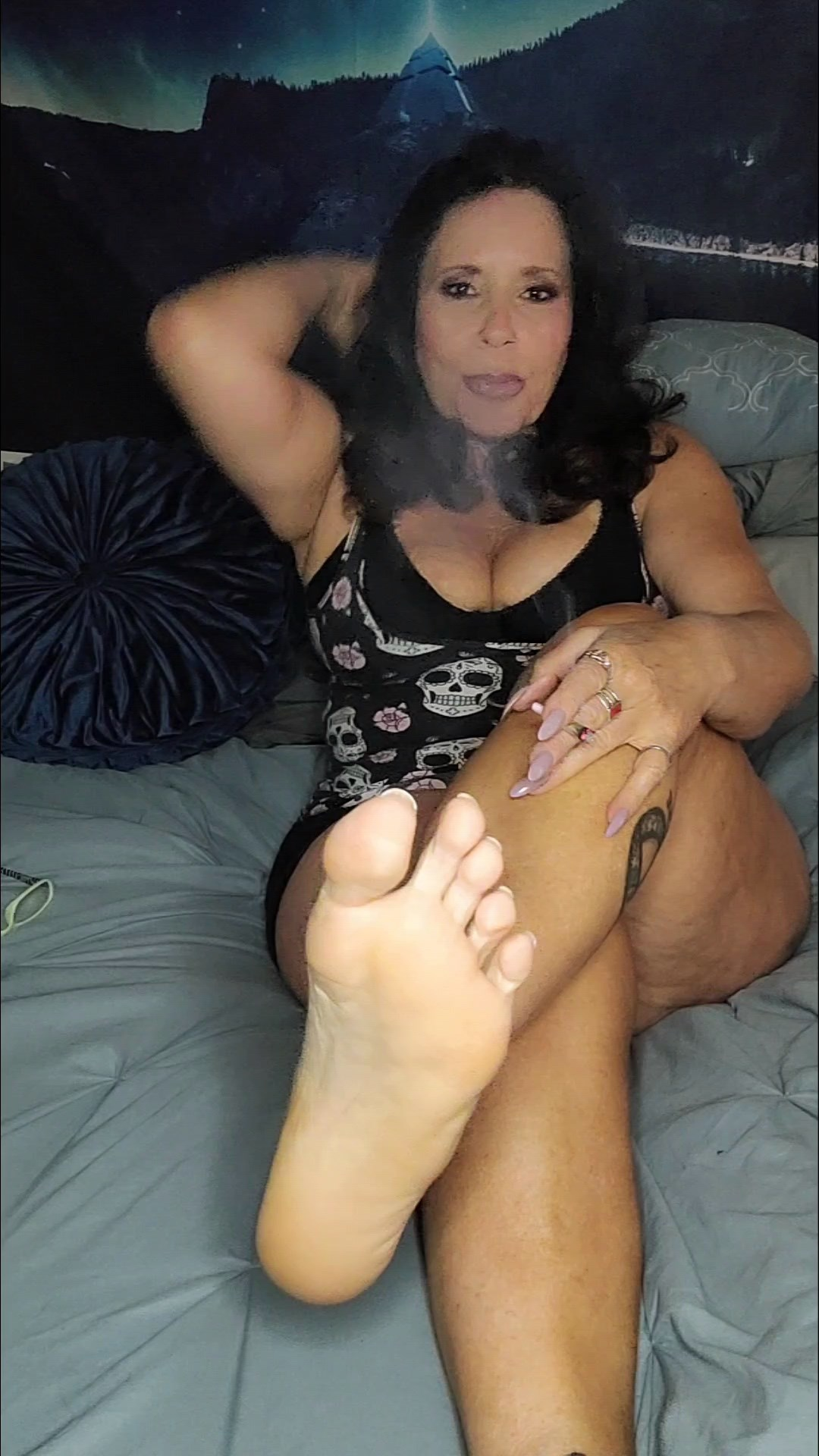 idratherbenaughty - Mature Mommy Gives you your 1st foot JOI