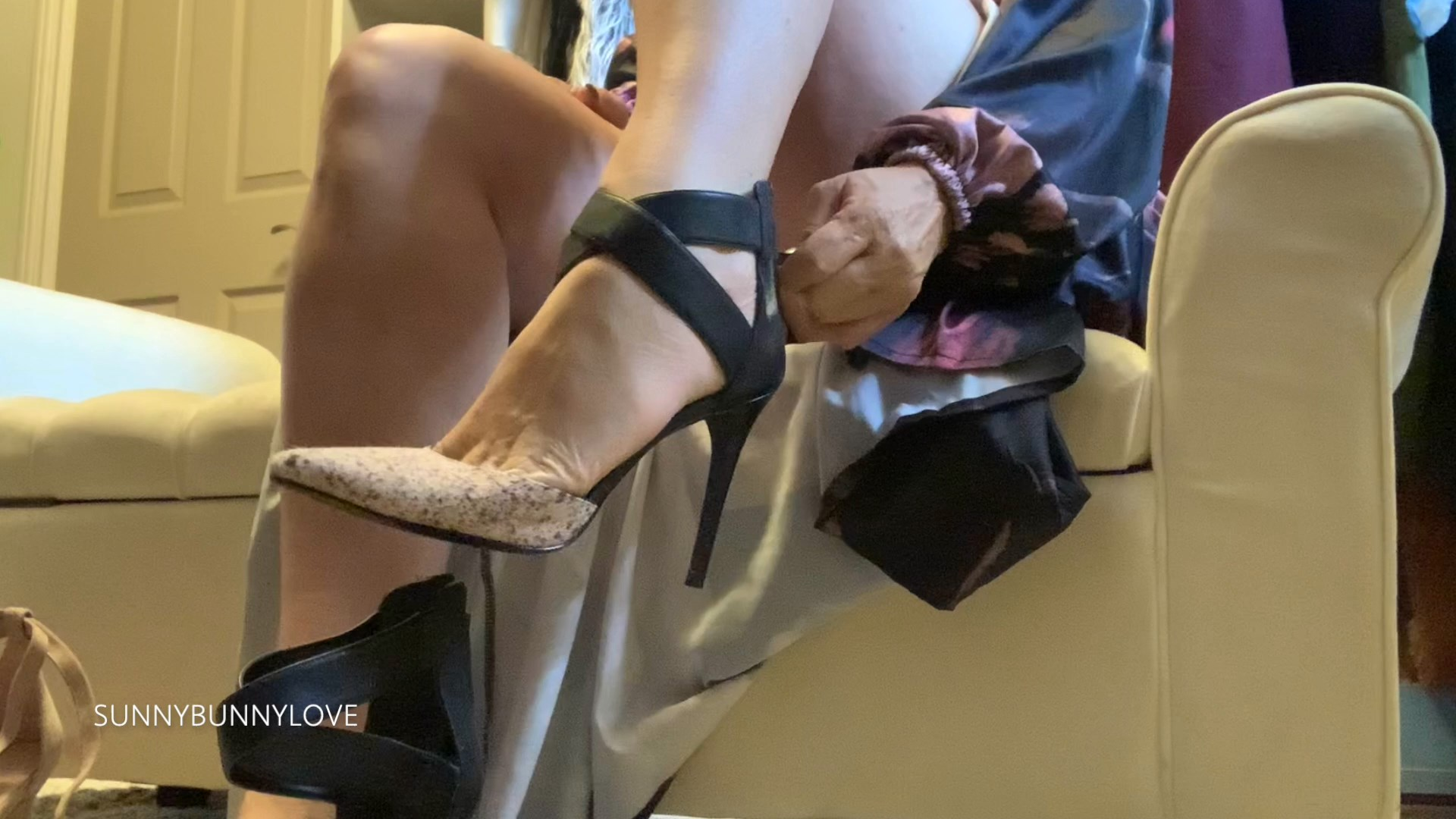SunnyBunnyLove - Trying on heels with Mom